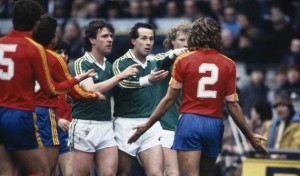 Republic of Ireland's Kevin O'Callaghan, Liam Brady and Ashley Grimes confront Spanish defender Juan Jose (2) after a fierce tackle by the Spaniard during their European Championship Qualifying match at Lansdowne Road in Dublin, 17th November 1982. The match ended in a 3-3 draw. (Photo by Bob Thomas/Getty Images